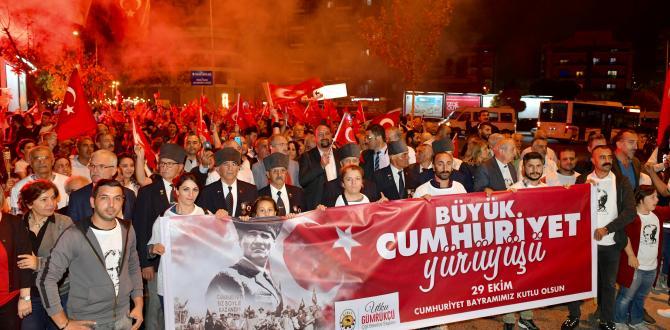 ÇİĞLİ'DE CUMHURİYET'E YAKIŞAN KUTLAMA